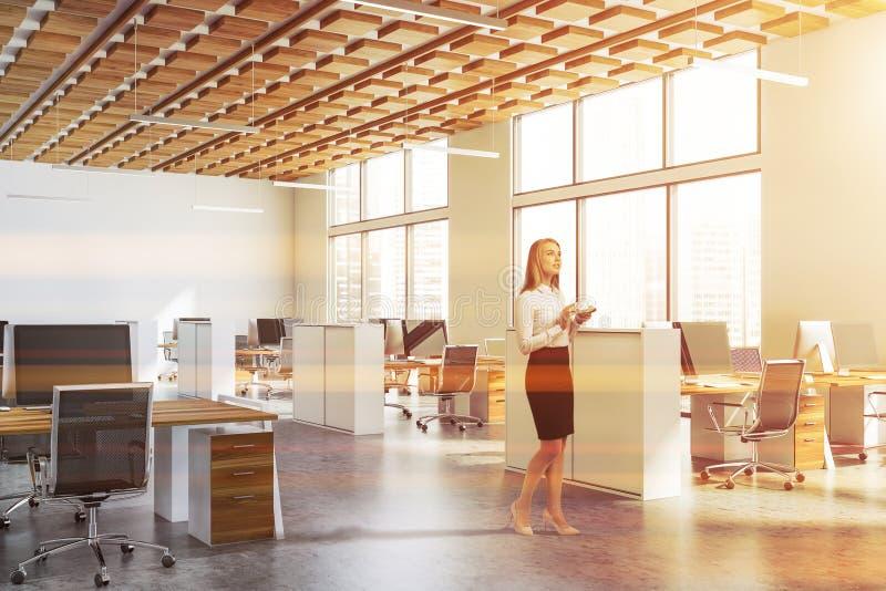 Женщина в белом офисе открытого пространства стоковые изображения rf