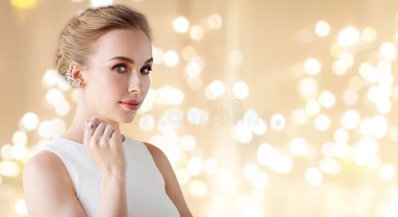 Женщина в белом платье с ювелирными изделиями диаманта стоковое фото rf