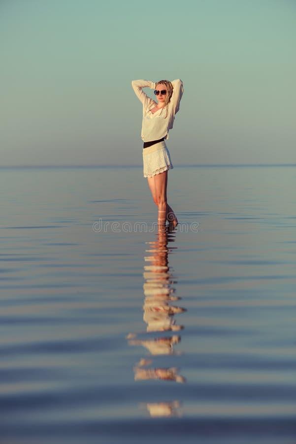 Женщина в белом портрете одежд на море лета стоковое изображение rf