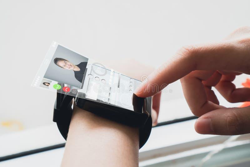 Женщина в белых цифровых часах выставки платья показывая цифровые экраны для того чтобы связывать лицом к лицу стоковая фотография rf