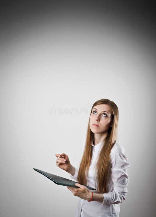Женщина в белизне держит папку стоковая фотография rf