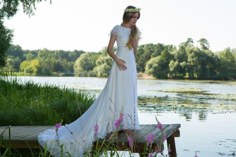 Женщина в белом платье и венке стоковая фотография rf