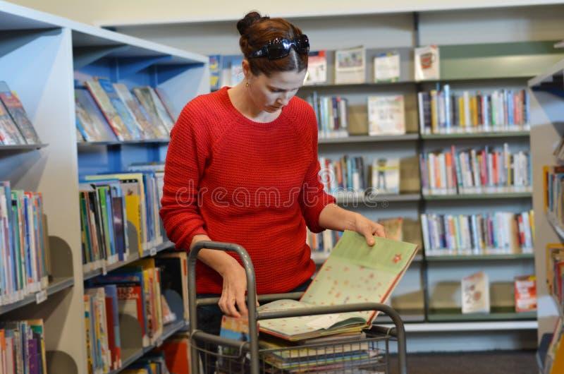 Женщина в библиотеке стоковые фотографии rf