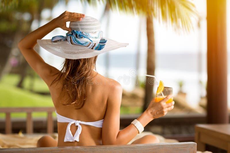 Женщина в бикини и носить шляпу стоковые изображения