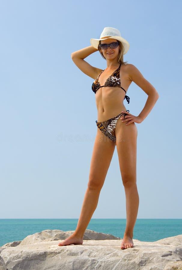 Женщина в бикини и шляпе на пляже моря лета, сексуальной девушке стоковые изображения