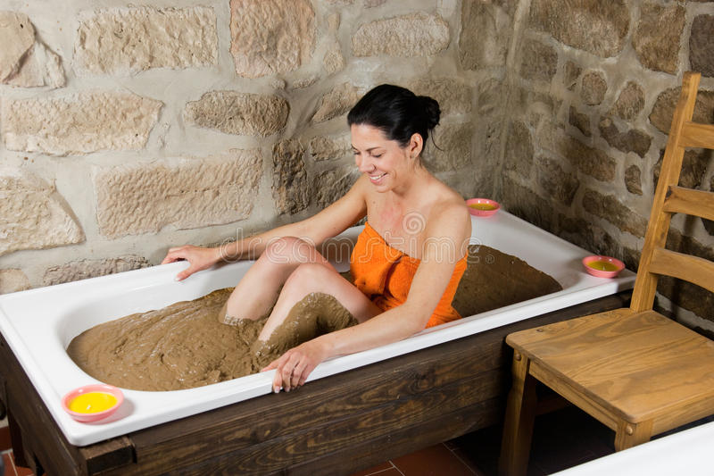 Женщина в ванне с глиной стоковая фотография