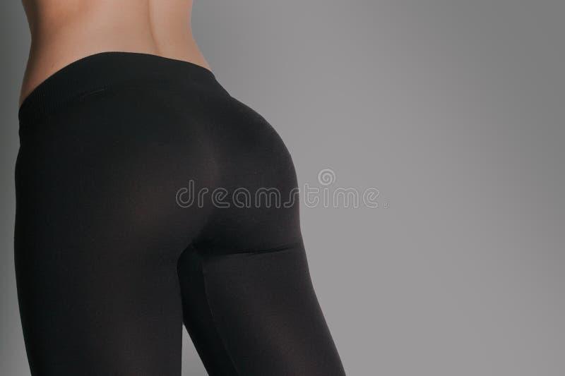 Женщина в гетры и тапках, низком разделе атлетический ишак стоковые фотографии rf