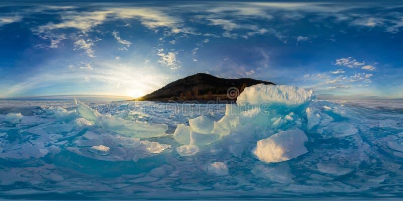 Женщина в голубых торошениях льда Байкала на заходе солнца Сферически vr стоковая фотография rf