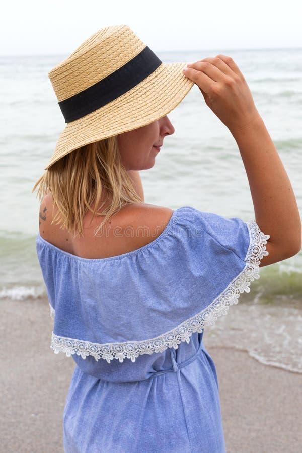Женщина в голубых sundress стоковые изображения