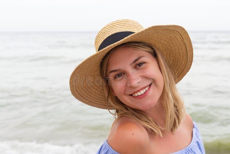 Женщина в голубых sundress стоковое фото