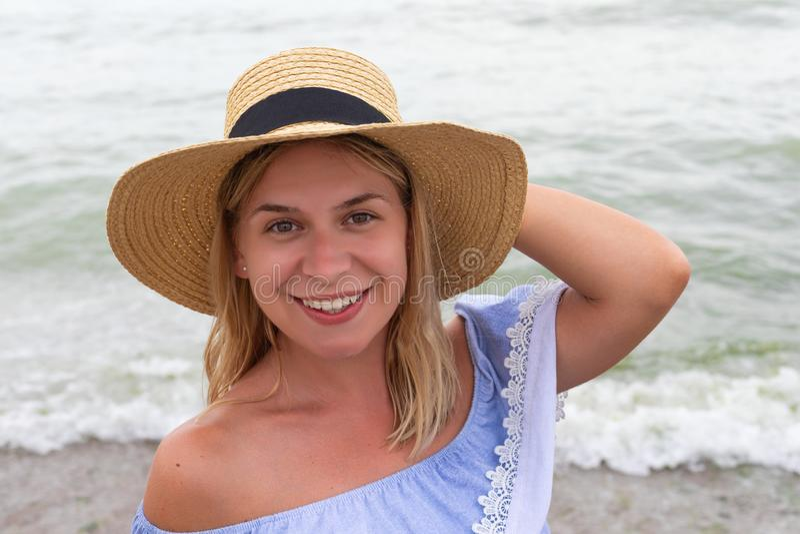 Женщина в голубых sundress стоковые фото