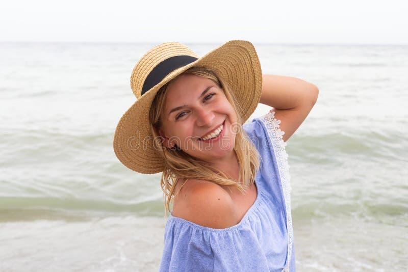 Женщина в голубых sundress стоковое фото rf