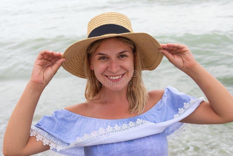 Женщина в голубых sundress стоковое изображение rf