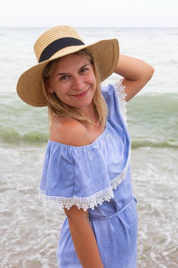 Женщина в голубых sundress стоковые фотографии rf