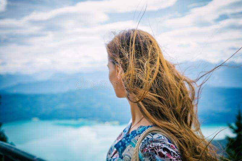 Женщина в горах горной вершины смотря Walchensee стоковые фотографии rf