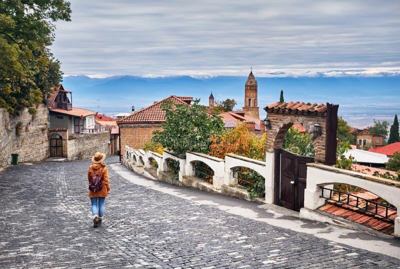 Женщина в городке Signagi в Грузии стоковое изображение