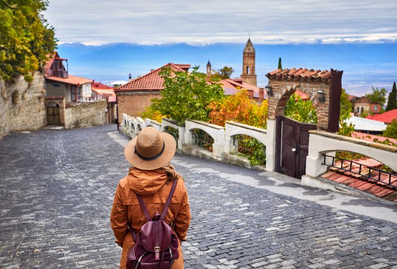 Женщина в городке Signagi в Georgia стоковое изображение