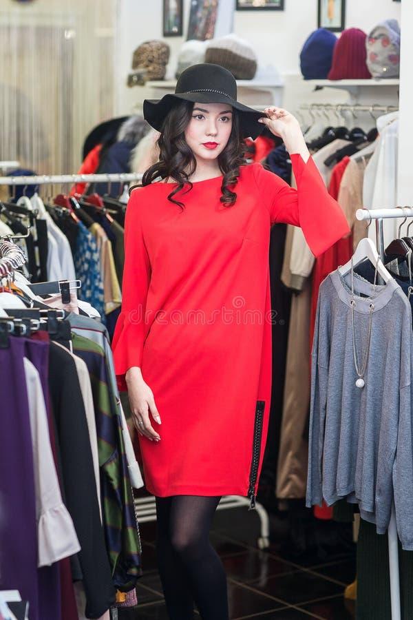 Женщина в готовом магазине стоковое фото rf
