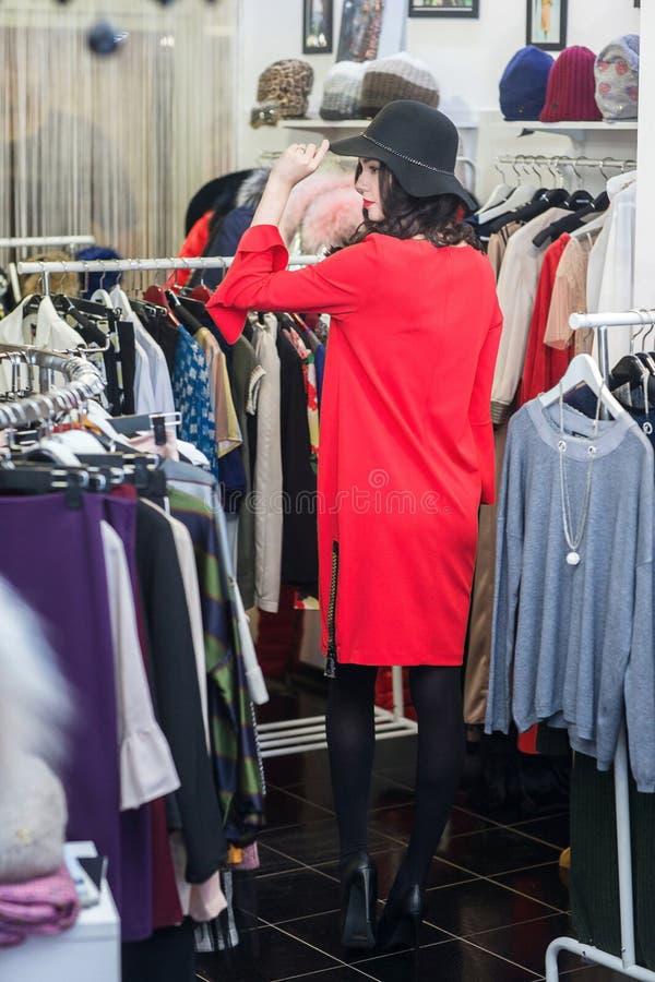 Женщина в готовом магазине стоковые фотографии rf