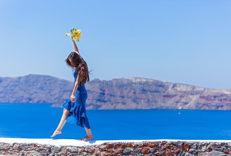 Женщина в голубых танцах платья в море стоковые фото