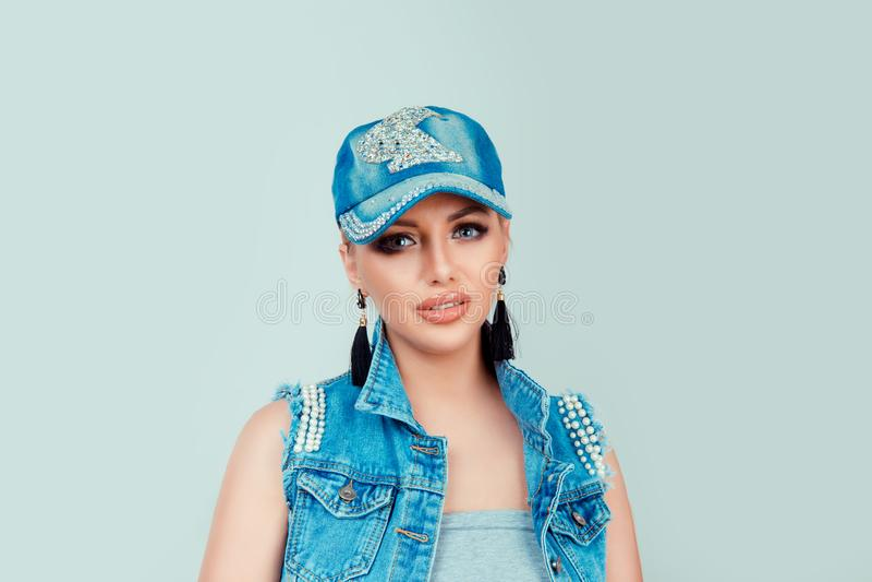 Женщина в джинсах шляпе и куртке немножко усмехаясь стоковые изображения rf