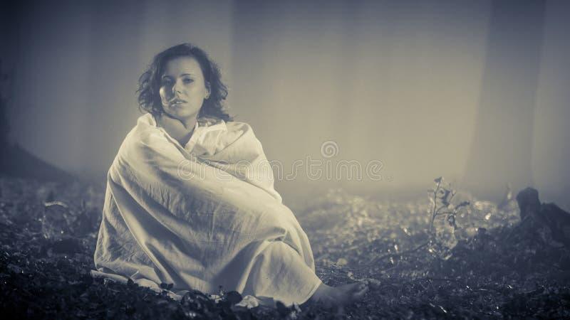 Женщина в древесинах как daydreaming стоковые изображения rf