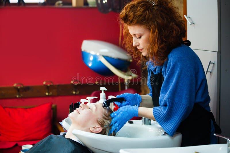 Женщина в ее концепции мелкого бизнеса студии волос стоковые изображения