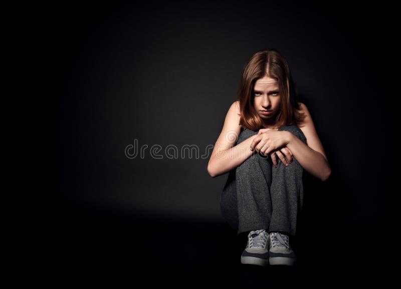 Женщина в депрессии и отчаянии плача на черной темноте стоковые фотографии rf