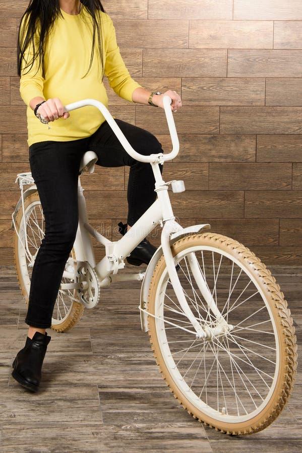 Женщина в желтом свитере стоковые изображения rf