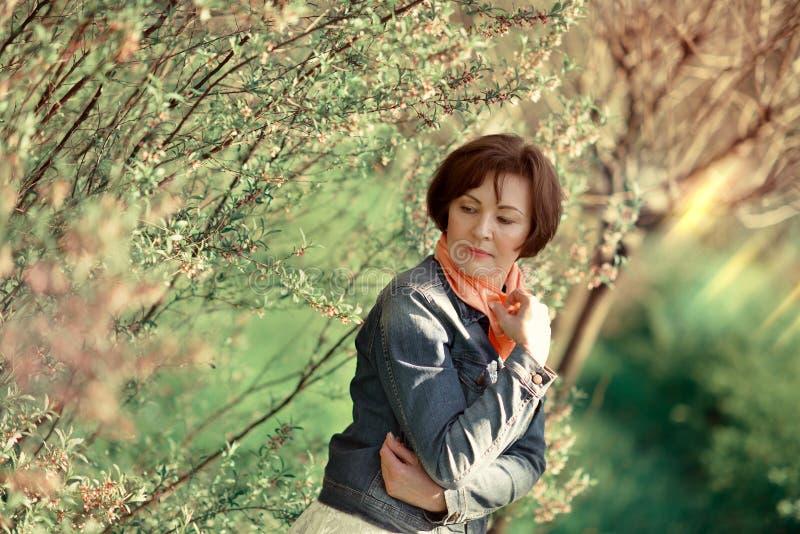 Женщина в зацветая саде стоковое изображение
