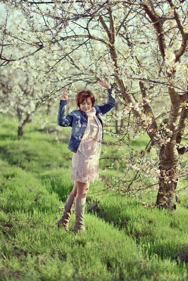 Женщина в зацветая саде стоковые изображения