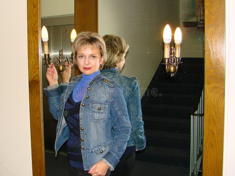 Женщина в зеркале стоковое фото rf
