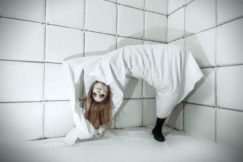 Женщина в изолированной комнате стоковые фотографии rf