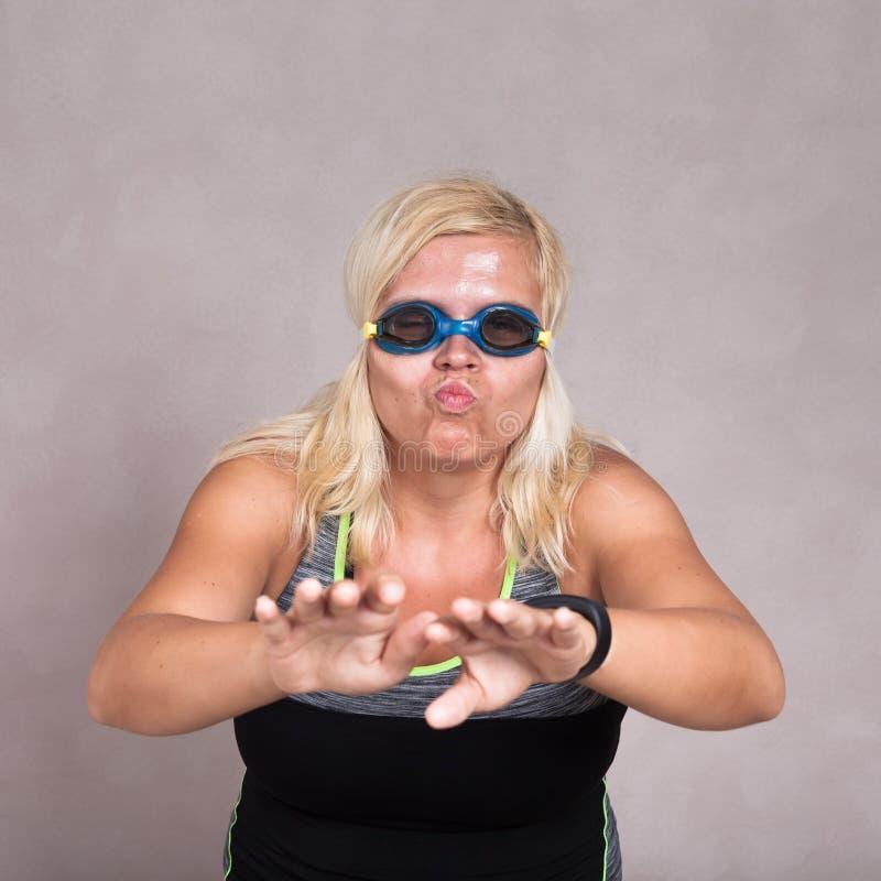 Женщина в изумлённых взглядах заплывания уча поплавать стоковые фото
