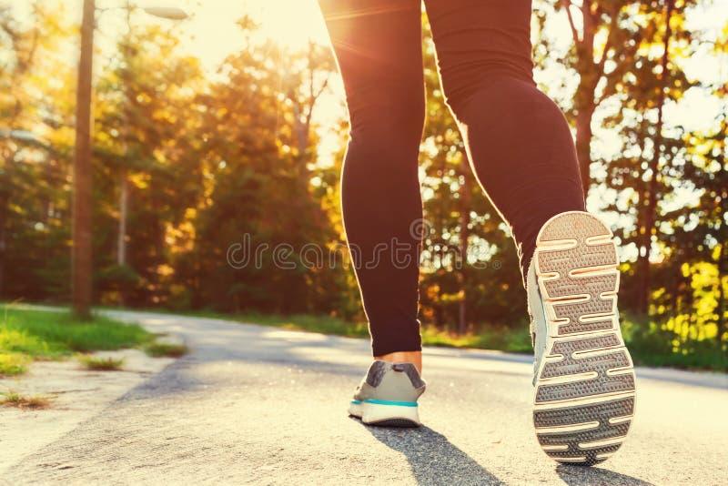 Женщина в идущих ботинках готовых для jog снаружи стоковое фото rf