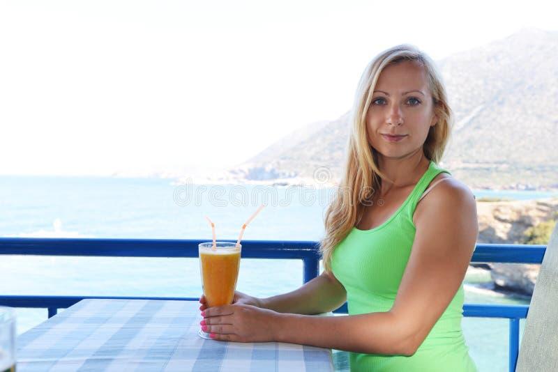 Женщина в кафе стоковые фотографии rf