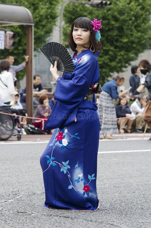 Женщина в кимоно на фестивале Нагои, Японии стоковое изображение