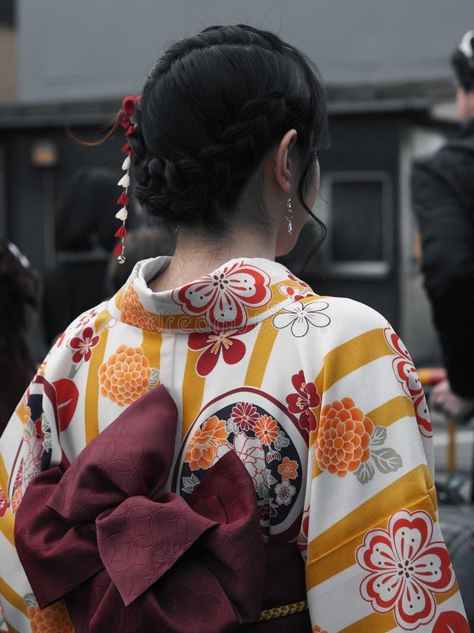 Женщина в кимоно, Японии с красивыми украшенными волосами стоковая фотография