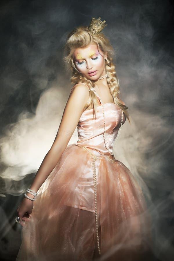 Женщина в классицистическом ретро платье. Романтичная повелительница стоковое изображение rf