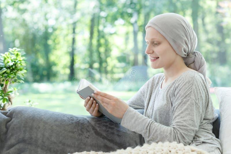 Женщина в книге чтения головного платка стоковые изображения rf