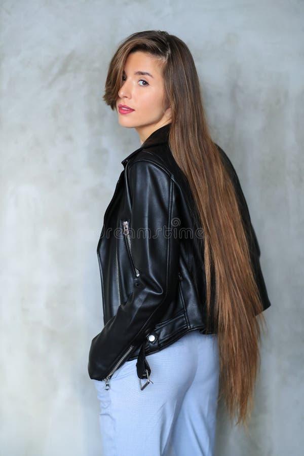 Женщина в кожаной куртке стоковое изображение rf