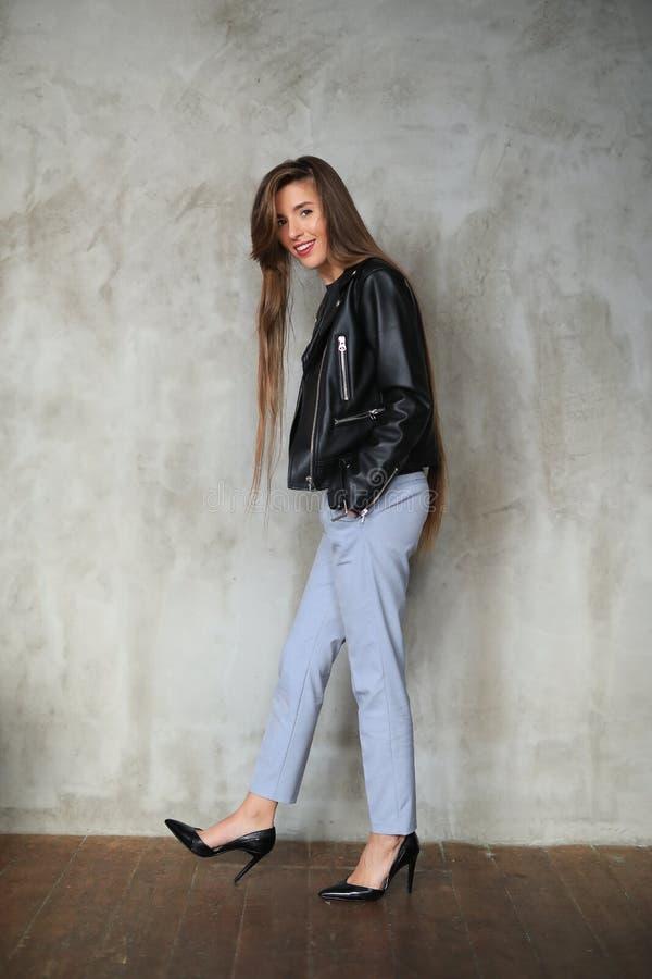 Женщина в кожаной куртке стоковые фотографии rf