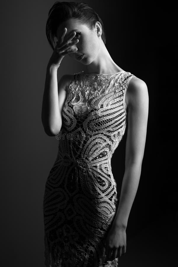 Женщина в коктейльном платье с модой стоковые изображения rf