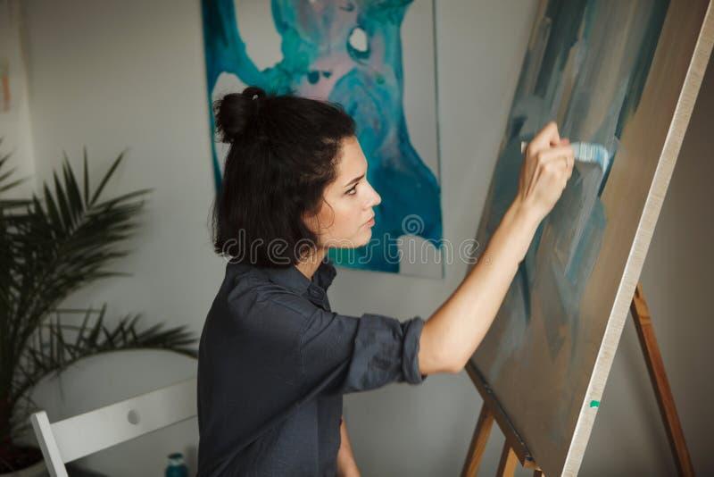 Женщина в концепции профессии психических здоровий терапией искусств стоковое изображение rf