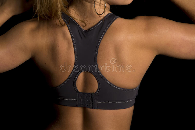 Женщина в конце задней части бюстгальтера спорт черноты подготовляет вверх стоковые фото