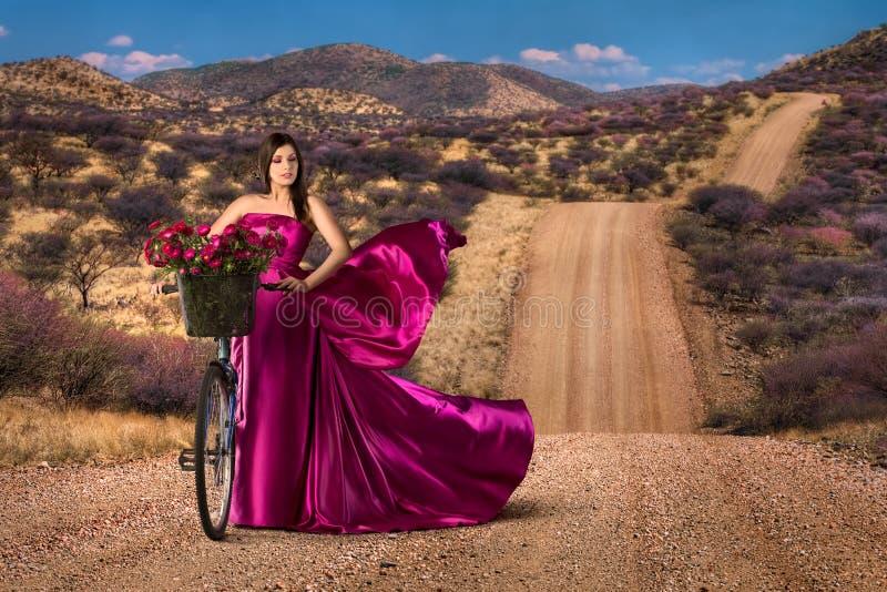 Женщина в красивом розовом платье стоковые фотографии rf