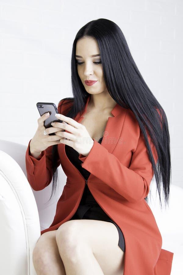 Женщина в красной куртке стоковое фото