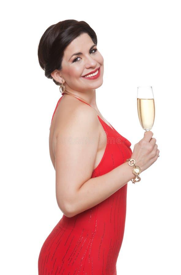 Женщина в красном платье с стеклом, белой предпосылкой стоковые фотографии rf