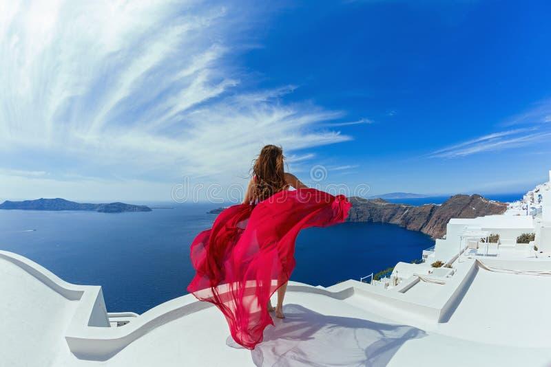 Женщина в красном платье l на крыше стоковая фотография rf