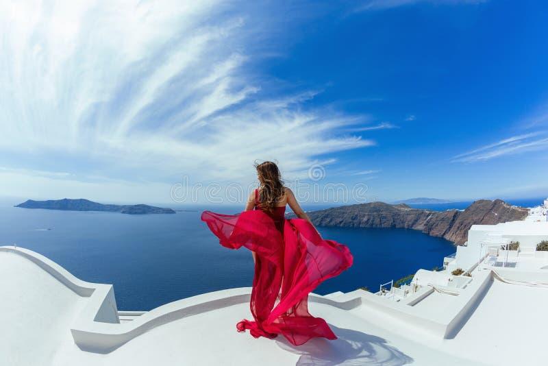 Женщина в красном платье l на крыше стоковые фотографии rf